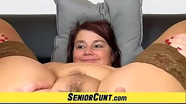 Amateur cougar Eva pussy spreading a plenty of close-ups
